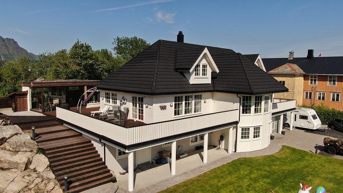 Fint, hvitt hus med AeroDek-tak.